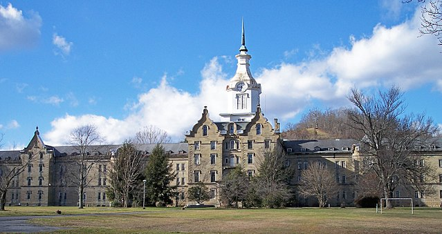 Trans Allegheny Lunatic Asylum Weston State Hospital. Photo by Tim Kiser. License: CC BY-SA 2.5.